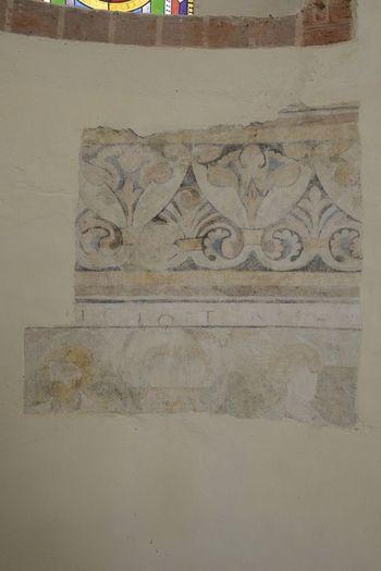 Abb. 3: Freigelegtes farbiges Wandmalereifenster in der Apsiswand unterhalb der Fensterzone. © Landesamt für Denkmalpflege und Archäologie Sachsen-Anhalt, Gunnar Preuß.