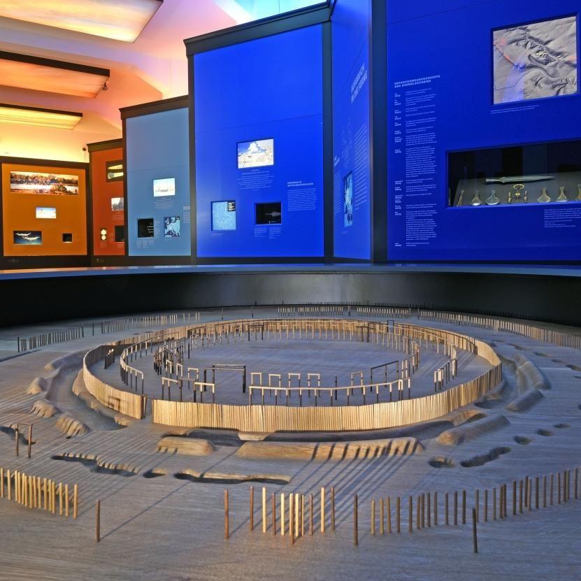 Ausstellungsimpression, im Vordergrund das Modell des Ringheiligtums von Pömmelte. © Landesamt für Denkmalpflege und Archäologie Sachsen-Anhalt, Andrea Hörentrup.