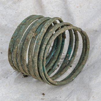 Vollständige, frühbronzezeitliche Armspirale aus der Säuglingsbestattung. © Landesamt für Denkmalpflege und Archäologie Sachsen-Anhalt.
