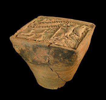 Abb. 4: Die Kachel von Freyburg mit anhaftenden Resten von Ofenlehm. © Landesamt für Denkmalpflege und Archäologie Sachsen-Anhalt, Andrea Hörentrup.