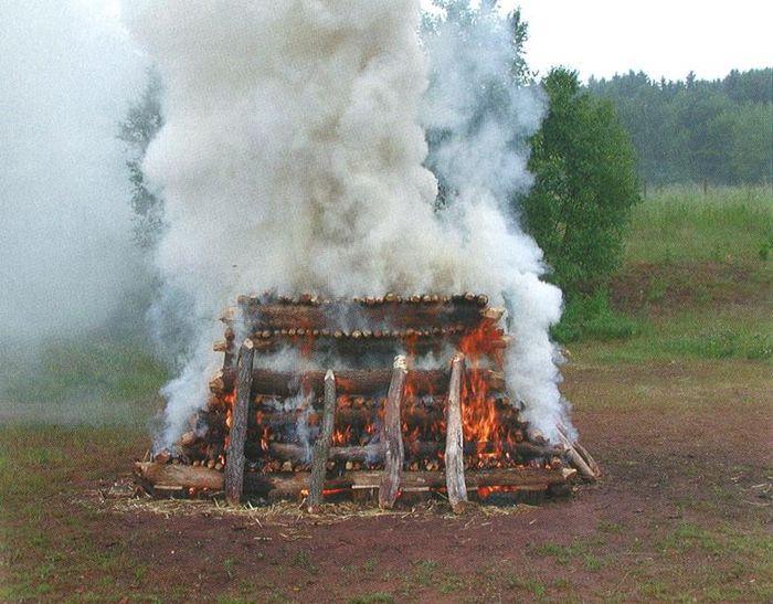 Abb. 10: brennender Scheiterhaufen im Zuge von experimentellen Verbrennungsversuchen. Becker u. a. 2006, Abb. 9.