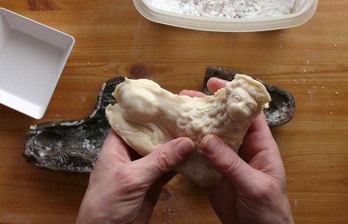 Abb. 13: Herstellung eines Löwen aus Marzipan in einer dem Vorbild aus Zeitz nachgebildeten Form. © Landesamt für Denkmalpflege und Archäologie Sachsen-Anhalt, J. Schüler.