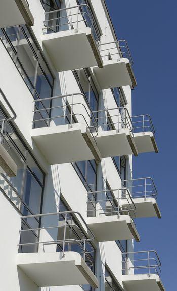 Abb. 2: Detailansicht der Balkone an der Ostseite jedes Ateliers. Landesamt für Denkmalpflege und Archäologie Sachsen-Anhalt, Gunnar Preuß.