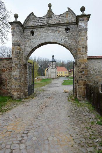 Abb. 1: Das Gehöft betritt man durch ein großes Rundbogentor aus dem 18. Jahrhundert. © Landesamt für Denkmalpflege und Archäologie Sachsen-Anhalt, Gunnar Preuß.
