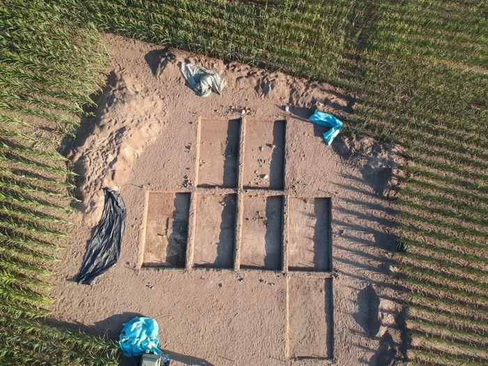 Abb. 3b: Luftbild der Rettungsgrabung in Rockenthin mit Übersicht der Grabungsschnitte. © Junge Archäologen der Altmark e.V., André Kunze.