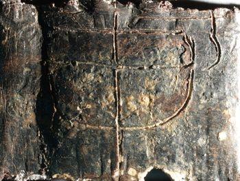 Abb. 5: Omega-Darstellung auf der Außenfläche des Täfelchens. © Landesamt für Denkmalpflege und Archäologie Sachsen-Anhalt, Juraj Lipták.