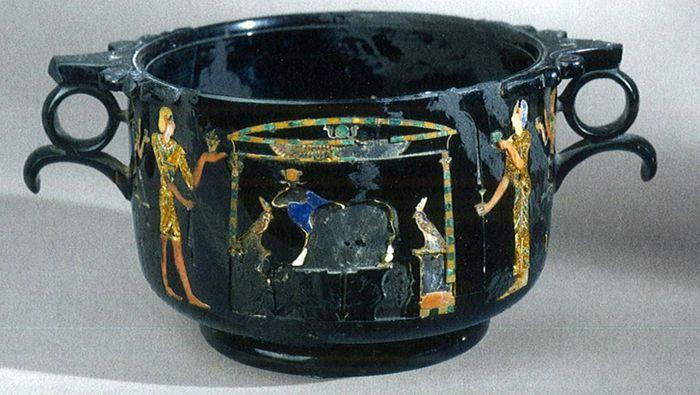 Abb. 8: Ägyptisierender Skyphos aus Obsidian mit farbigen Einlagen aus Stabiae. Meller/Dickmann 2011, 166 Abb. 6.