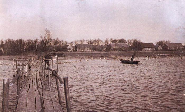 Abb. 14: Blick vom See auf das Zießauer Ufer um 1910. Im ufernahen Flachwasser stehen zahlreiche Stangen zur Netzfischerei. Postkarte aus dem Besitz von O. Meußling, Arnsberg.