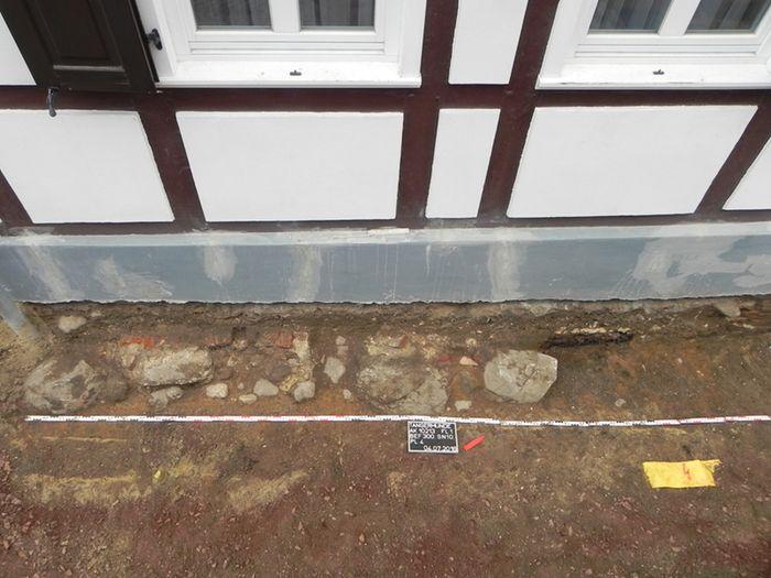 Abb. 2: Planum 4, Feldsteinfundament mit aufgehendem Backsteinmauerwerk. © Landesamt für Denkmalpflege und Archäologie Sachsen-Anhalt, Torsten Müller.
