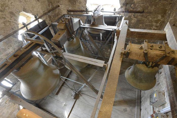 Abb. 2: Blick in das Glockengeschoss mit dem vierstimmingen Drohndorfer Geläut. Ganz rechts hängt die romanische Bienenkorbglocke. © Landesamt für Denkmalpflege und Archäologie Sachsen-Anhalt, Gunnar Preuß.