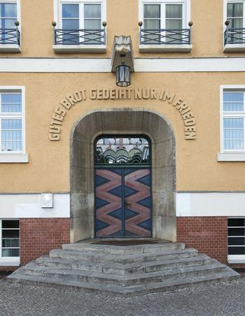 Abb. 2: Die Freitreppe mit dem trichterartig vertieften Gewändeportal des ehemaligen Rathauses. © Landesamt für Denkmalpflege und Archäologie Sachsen-Anhalt.