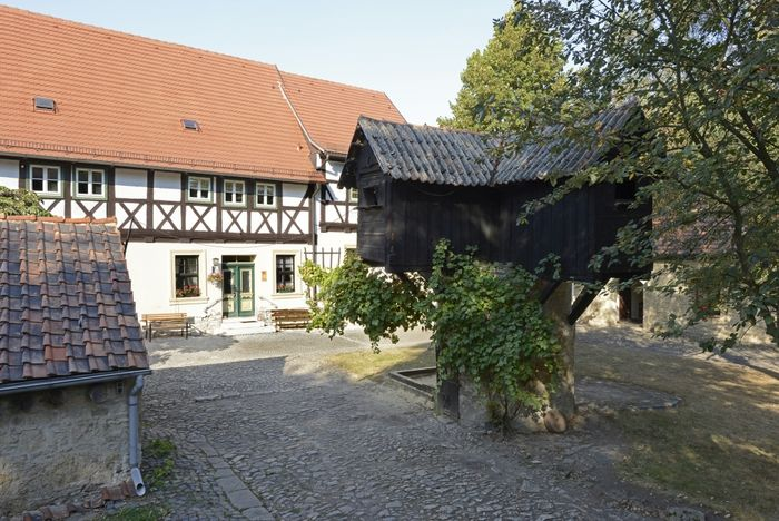 Abb. 2: Taubenpfeiler im umgebenden Gebäudeensemble. © Landesamt für Denkmalpflege und Archäologie Sachsen-Anhalt, Gunnar Preuß.