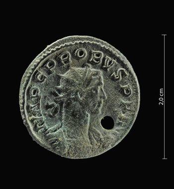 Abb. 7: Befund 24. Vorderseite der Münze. © Landesamt für Denkmalpflege und Archäologie Sachsen-Anhalt, Andrea Hörentrup.