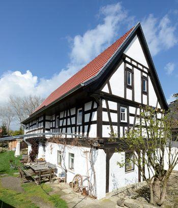 Abb. 1: Außenansicht des Umbindehaus von Rumsdorf. © Landesamt für Denkmalpflege und Archäologie Sachsen-Anhalt, Gunnar Preuß.