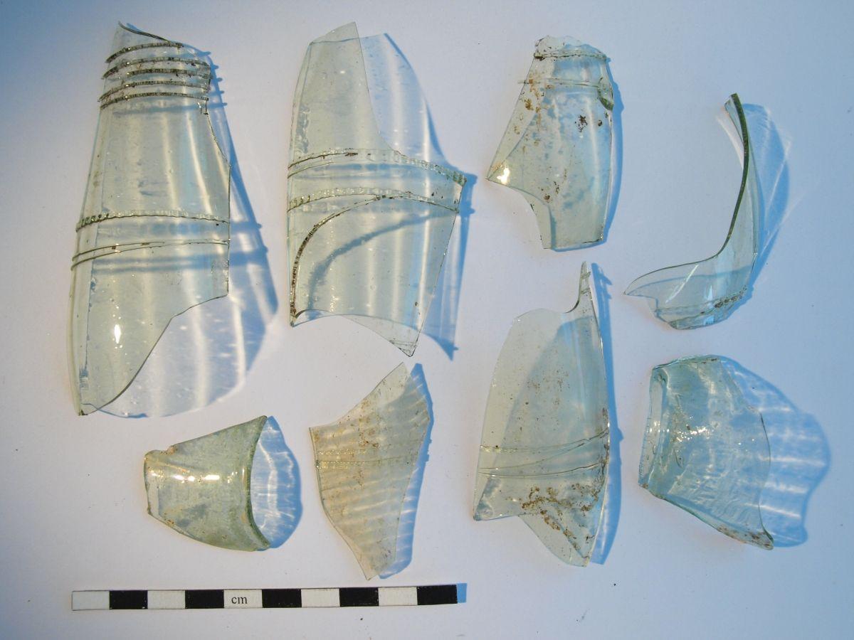 Abb. 20: Glasfunde aus Befund 33. © Landesamt für Denkmalpflege und Archäologie Sachsen-Anhalt.