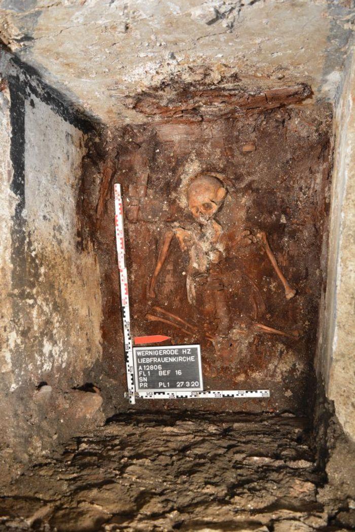Abb. 3 Blick von oben in die Gruft. Die schwarze Bemalung ist deutlich an der Wand erkennbar. © Landesamt für Denkmalpflege und Archäologie Sachsen-Anhalt.