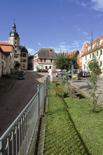 Abb. 2: Innenstadt und Marktplatz von Wettin mit dem Renaissance-Rathaus im Hintergrund. © Landesamt für Denkmalpflege und Archäologie Sachsen-Anhalt, Gunnar Preuß.