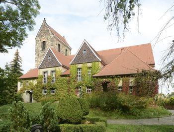 Abb. 3: Außenansicht der Kirche St. Briccius mit dem spätromanischen Kirchturm in Trotha (Halle). © Landesamt für Denkmalpflege und Archäologie Sachsen-Anhalt, Gunnar Preuß.