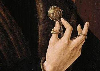 Abb. 9: Darstellung eines Pommanders oder Bisamapfels, Detail aus dem Porträt des Bürgermeisters von Alkmaar von Jacob Cornelisz. van Oostsanen, etwa 1518. © CORNELISZ VAN OOSTSANEN, Jacob (b. ca. 1472, Oostzan, d. 1533, Amsterdam), Public domain, via Wikimedia Commons [08.06.2021].