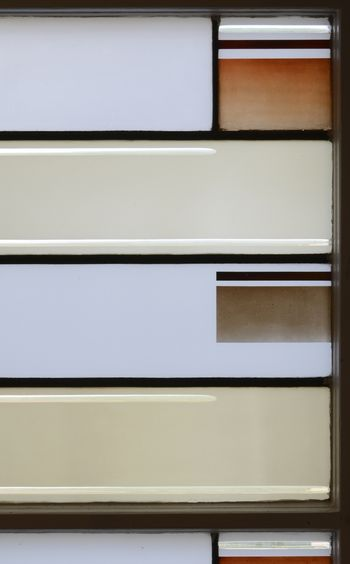 Abb. 1: Detail der Farblichtfenster im Treppenaufgang. © Landesamt für Denkmalpflege und Archäologie Sachsen-Anhalt, Gunnar Preuß.
