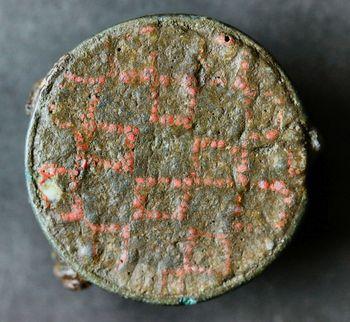 Abb. 6: Schachbrettemailfibel aus einem Brandgrab in Zethlingen, Altmarkkreis Salzwedel. © Johann-Friedrich-Danneil-Museum Salzwedel, Lothar Mittag.