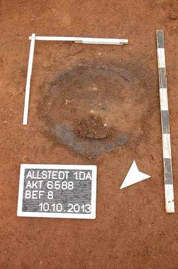 Abb. 1: Urnenbestattung in situ (Grabungsfoto). © Landesamt für Denkmalpflege und Archäologie Sachsen-Anhalt, Daniel Pollok.