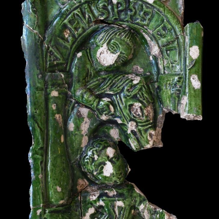 Grün glasierte Ofenkachel mit Eulenspiegel-Darstellung. © Landesamt für Denkmalpflege und Archäologie Sachsen-Anhalt, Vera Keil.
