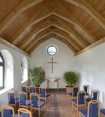 Abb. 2: Innenansicht der Winterkirche mit dem Rundfenster über dem Altar. © Landesamt für Denkmalpflege und Archäologie Sachsen-Anhalt, Gunnar Preuß.