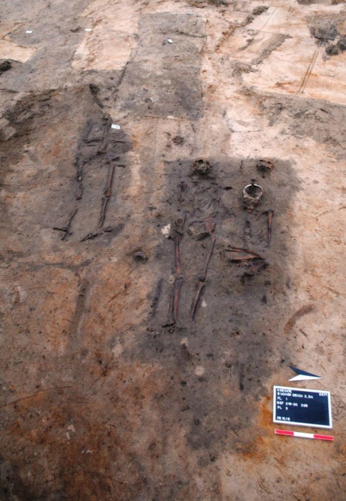 Abb. 18: Bereich mit zahlreichen Überschneidungen von mittelalterlichen Gräbern. Die Bestattungen befanden sich zum Teil in bis zu vier Lagen übereinander. © Landesamt für Denkmalpflege und Archäologie Sachsen-Anhalt, Dorothee Menke.