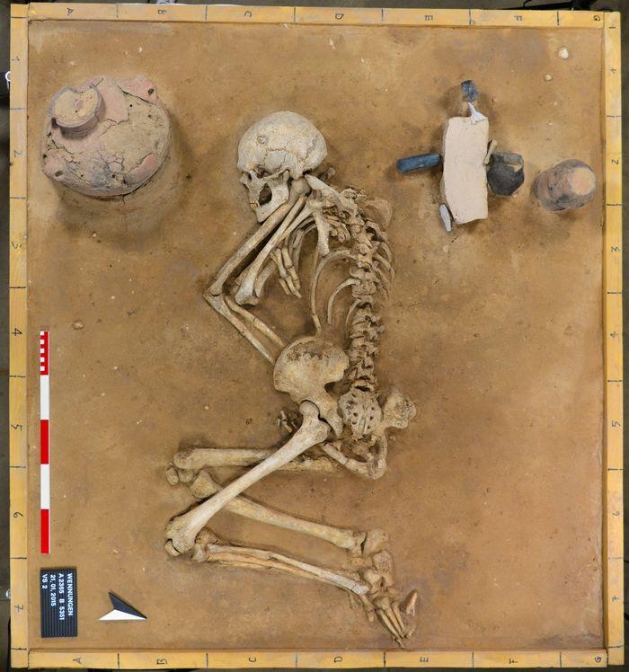 Abb. 1: Blick von oben auf das präparierte Grab. © Landesamt für Denkmalpflege und Archäologie Sachsen-Anhalt.